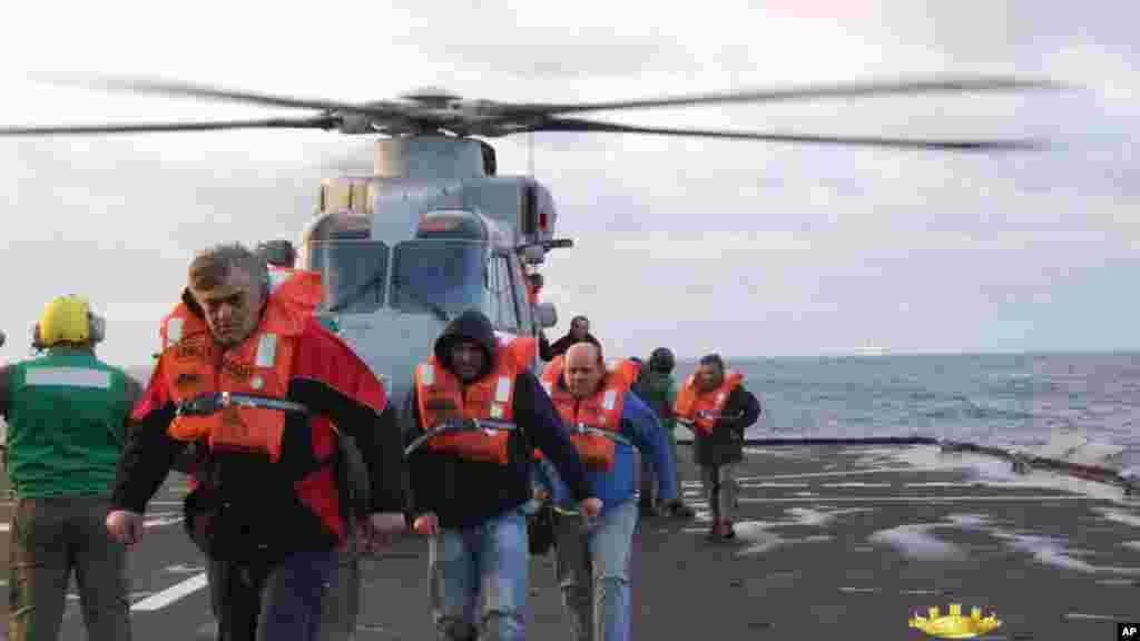 Yanan bərənin xilas edilən sərnişinləri İtaliyanın hərbi San Corcio gəmisinə yerləşdirilir - 29 dekabr, 2014
