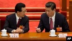 Ông Hồ Cẩm Đào và Tân Chủ tịch Trung Quốc Tập Cận Bình tại Đại hội Đại biểu Nhân dân Toàn quốc ở Bắc Kinh, ngày 14/3/2013.