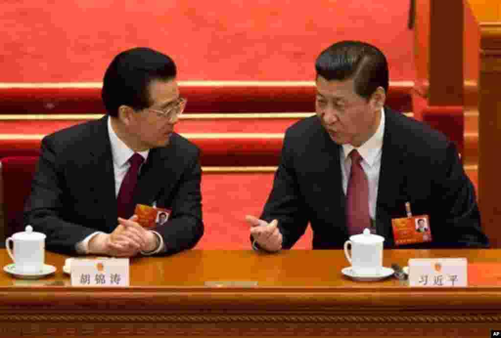 14일 중국 전국인민대표대회 전체회의에서 담화 중인 시진핑 신임 국가주석(오른쪽)과 후진타오 전 국가주석.