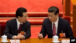 14일 중국 전국인민대표대회 전체회의에서 담화 중인 시진핑 신임 국가주석(오른쪽)과 후진타오 전 국가주석. (자료사진)
