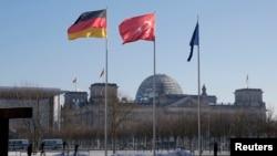 Bendera-bendera Jerman dan Turki berkibar di luar kantor Kanselir di Berlin. (Reuters/Fabrizio Bensch)