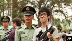 周先生(右持枪者)希望多了解解放军