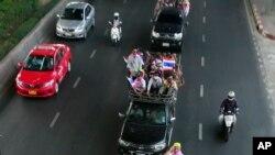 Demonstran anti-pemerintah berkonvoi di jalanan kota Bangkok, menuju kantor Kementerian Luar Negari Thailand, Senin (24/2).