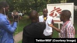 Jean Liyolongo de Médecins sans Frontières explique aux journalistes la stratégie de lutte contre le choléra menée en soutien au ministère de la santé, RDC, 9 janvier 2018. (Twitter/MSF)