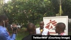 Jean Liyolongo de l'équipe des Médecins sans Frontières explique aux journalistes la stratégie de la lutte contre le choléra menée en soutien au ministère de la santé à Kinshasa et sur l'ensemble du territoire national, RDC, 9 janvier 2018. (Twitter/MSF)