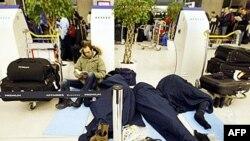 Mnogi putnici zetečeni na aerodromu Šarl Degol, u Parizu, proveli su noć spavajući na podu