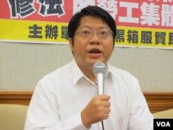 民主阵线召集人赖中强律师(美国之音张永泰拍摄)