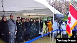지난 4월 한국 부산 UN 기념공원 캐나다 묘에서 6.25 참전 군인의 유해안장식이 거행되고 있다. (자료사진)