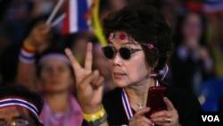 Người biểu tình chống chính phủ trong cuộc tuần hành tại tượng đài Dân chủ ở Bangkok.