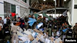 Tentara dan regu penyelamat melakukan pencarian korban rubuhnya gedung pabrik sepatu di distrik Kong Pisei, provinsi Kampong Speu, 50 kilometer sebelah barat ibukota Phnom Penh, Kamboja (16/5).