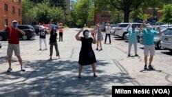 Improvizovana plesna komšijska grupa tokom jednog od svojih poslednjih nastupa u vašingtonskom predgrađu Betezdi