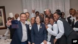 资料照片:台湾总统府发布图片显示总统蔡英文在圣卢西亚与民众一起拍照留念。(2019年7月18日)