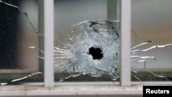 Vết đạn trên một cửa sổ tại hiện trường sau vụ nổ súng tại tòa soạn tuần báo Charlie Hebdo ở Paris, ngày 7/1/2015.