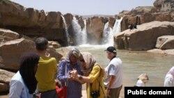 Para turis di sebuah tempat wisata di Iran.