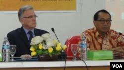 Dubes Kanada untuk ASEAN MacKenzie Clugston (kiri) dan I Gusti Agung Wesaka Puja dari Kementerian Luar Negeri Indonesia. (VOA/N. Sucahyo)