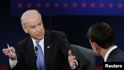 Vis Prezidan ameriken an, Joe Biden (agoch) nan deba ak kandida Repibliken Paul Ryan (adwat), 11octòb 2012.