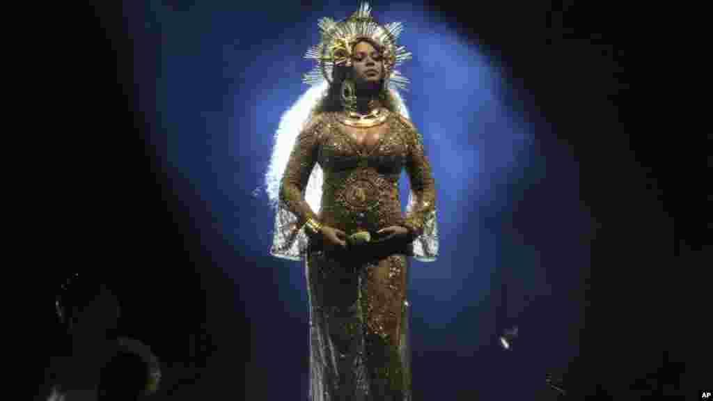 Beyonce lors d'une performance dans le Grammy Awards le 12 février 2017 à Los Angeles.