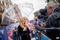 Jodie Comer diwawancarai setibanya di acara pemutaran perdana film 'Free Guy' di London, Senin, 09 Agustus 2021. (AP Photo/Scott Garfitt)