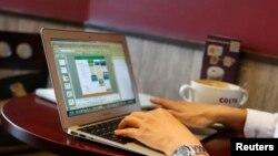 Seorang pengguna layanan internet di sebuah kedai kopi di pusat kota Shanghai (Foto: dok). Banyak teknisi dan perusahaan melaporkan bahwa China melarang jaringan internet swasta virtual, VPN, yang memungkinkan para pengguna menghindari penyensoran online terhadap situs-situs populer, seperti Google dan Facebook.