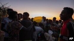 지난 27일 수단 동부 카다리프의 움라쿠바 난민캠프에서 에티오피아 난민들이 음식을 받기 위해 줄 서 있다.