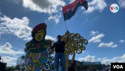 Un simpatizante sandinista con una bandera del partido de gobierno en la plaza icónica dedicada al líder venezolano Hugo Chávez, en Managua. Foto Houston Castillo, VOA.
