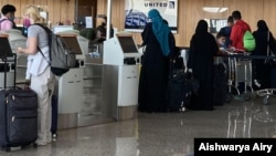 Putnici na aerodromu Dales kod Vašingtona (Foto: Aishwarya Airy/VOA)