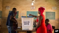 Seorang perempuan memasukkan surat suara dalam pemilu di Bamako Mali (foto: dok).