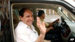 ARCHIVO - El expresidente de Ecuador, Abdalá Bucaram (agosto de 1996 a febrero de 1997) cuando dejaba su exilio en Panamá en 2005 después de un asilo político de casi 20 años.