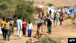 تعدادی از پناهجویان اهل اتیوپی که از نبردها در منطقه تیگرای گریخته اند در نزدیکی اردوگاهی در شرق سودان دیده می شوند. ۳۰ نوامبر ۲۰۲۰