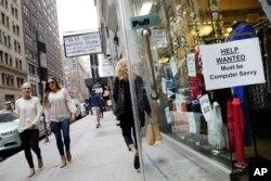 اعلان کار جلوی یک فروشگاه در خیابانی در شهر نیویورک - طی ماه ژوئن، ۶۰۱ هزار نفر به نیروی کار آمریکا اضافه شد و نسبت صاحبان شغل و جویندگان کار به کل جمعیت کشور، به ۶۲.۹ درصد رسید