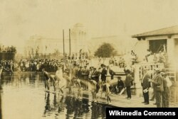 지난 1904년 '제3회 하계 올림픽 대회' 수영 경기가 미주리주 세인트루이스에서 열리고 있다.