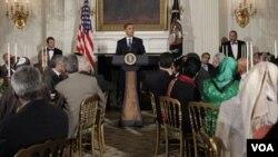 Presiden Barack Obama memberikan pidato saat menjadi tuan rumah berbuka bersama (iftar) bagi tokoh muslim AS di Gedung Putih tahun lalu (foto: dok).