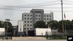 2018年7月4日,一名安全官員站在上海郊區青浦監獄大門口。