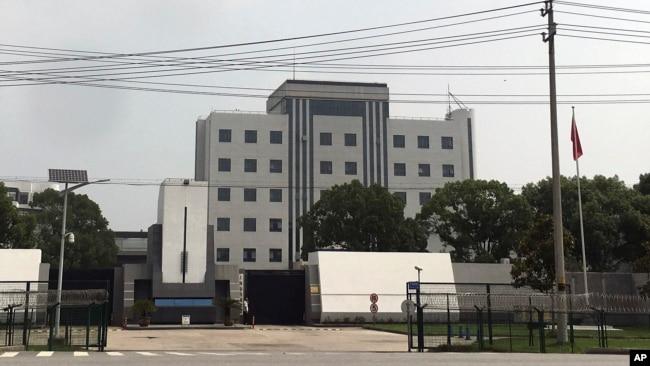 2018年7月4日,一名安全官员站在上海郊区青浦监狱大门口。