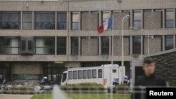 ສາລະວັດທະຫານຝຣັ່ງ ແລະຕຳຫລວດ ຢືນຢູ່ທາງເຂົ້າຄຸກ Fleury-Merogis ໃກ້ກັບນະຄອນຫລວງ Paris.