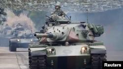 17일 타이완 타이중에서 중국의 침공에 대비한 군사훈련이 진행됐다.