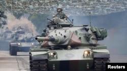 រូបឯកសារ៖ រថក្រោះ M60A3 ចូលរួមក្នុងសមយុទ្ធប្រឆាំងការឈ្លានពាន នៅក្រុង Taichung កោះតៃវ៉ាន់ កាលពីខែមេសា ២០១៩។