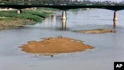 Permukaan air sungai Tigris di Baghdad, Irak tampak lebih rendah dari biasanya (foto: ilustrasi).