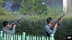 阿富汗警察向美国使馆附近一座被塔利班分子占领的大楼开火(9月13日)