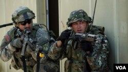 На фото: 2015-й рік американський та македонський військовий на навчаннях Saber Junction