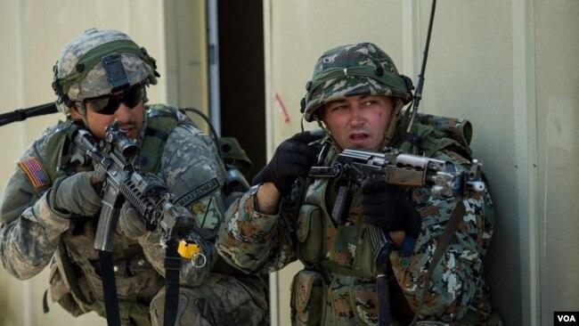Binh sĩ Mỹ và Macedonia tại Đức.