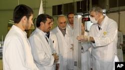 지난 15일 새 우라늄 농축시설을 방문한 마무드 아마디네자드 이란 대통령 (왼쪽 두번째)