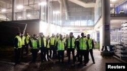 El estadio HDI Arena fue evacuado por la presencia de un objeto sospechoso. Otras fuentes citan el hallazgo de una ambulancia cargada de explosivos, pero no ha sido confirmado por las autoridades alemanas.