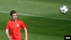 L'attaquant français de l'Atlético Madrid, Antoine Griezmann, en action lors d'une séance d'entraînement au Complexe sportif Cerro del Espino à Madrid, en Espagne, le 26 avril 2016.