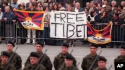 1999年3月25日,在江澤民訪問瑞士首都檢閱儀仗隊期間,藏人及支持者在議會大廈外抗議