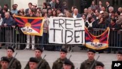 Tư liệu- Những người biểu tình ủng hộ Tây Tạng biểu tình chống chuyến thăm của Chủ tịch TQ Giang Trạch Dân đến Thuỵ Sĩ, ngày 25 tháng 03 năm 1999.
