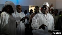 Perezida wa Senegal Macky Sall ariko aratora ku biro vy'itora i Fatick, muri Senegal, itariki 24/02/2019.