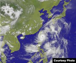 台灣中央氣象台7月7日17時40分發布的衛星雲圖顯示台風尼伯特外圍已登陸台灣本島(台灣中央氣象台)