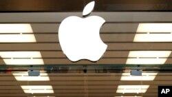 ເຄື່ອງໝາຍ ຫລື ໂລໂກຂອງ Apple ທີ່ຕິດຢູ່ຂ້າງເທິງຂອງທາງເຂົ້າຮ້ານຄ້າແຫ່ງນຶ່ງ ໃນເມືອງ Dallas ລັດ Texas ໃນວັນທີ 19 ກັນຍາ 2013.