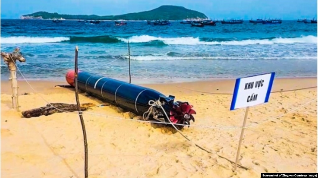 Ngư lôi có chữ Trung Quốc được một ngư dân ở Phú Yên tìm thấy khi đánh bắt cá gần bờ. (Ảnh chụp màn hình Zing.vn)